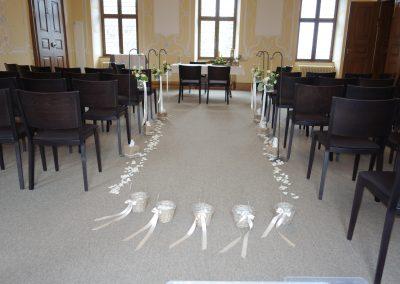 der Rittersaal ist stimmungsvoll dekoriert. Die Blumenkörbchen stehen bereit.
