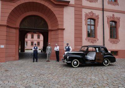 der Bräutigam wartet auf seine Braut