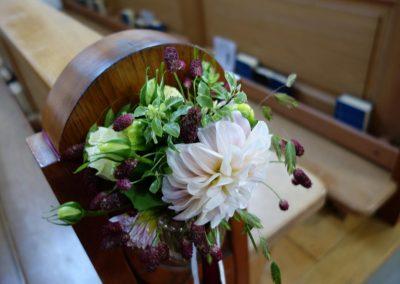 Detailansicht der Blumendeko in der Kapelle