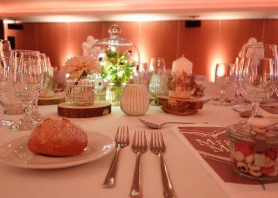 Dahlien, Spitzenbänder, Kerzen und Glasglocken schmücken die festliche Tafel