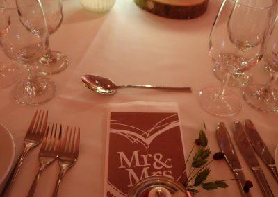 Die Menükarten passen in Farbe&Stil zur Hochzeitsdekoration