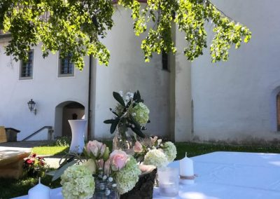 Kerzen und Blumen schmücken die Tafel