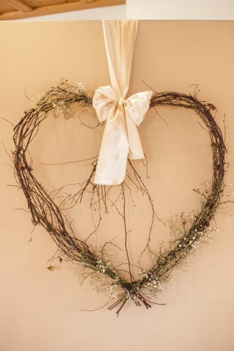 Riesige florale Herzen ziehen die Blicke auf sich