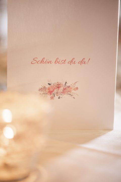 Ein herzliches Detail auf dem Tisch