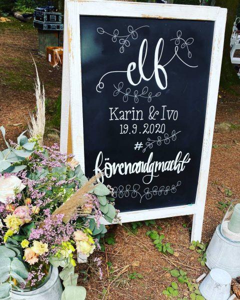 Liebevolles Willkommensschild für Brautleute und Gäste