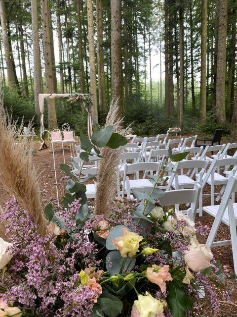 Pampasgras, Eukalyptus und zarte Blumen für die Boho-Hochzeit