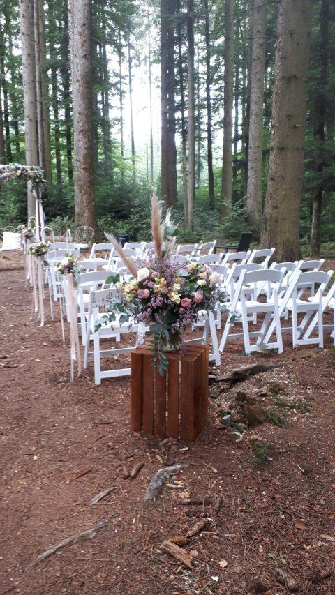 Blumen im angesagten Boho-Stil treffen auf eine Waldtrauung