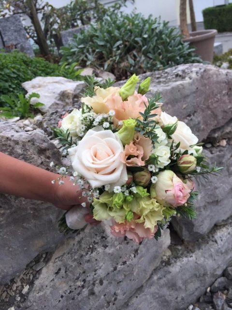 Der romantische Brautstrauss ist in zarten Rosé-Tönen gehalten