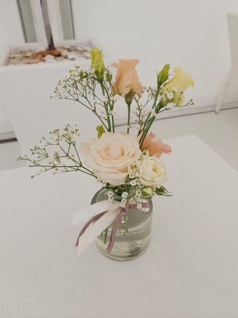 Schleierkraut, Rosen, Bänder und Anker bilden die Dekoelemente der romantischen Hochzeit
