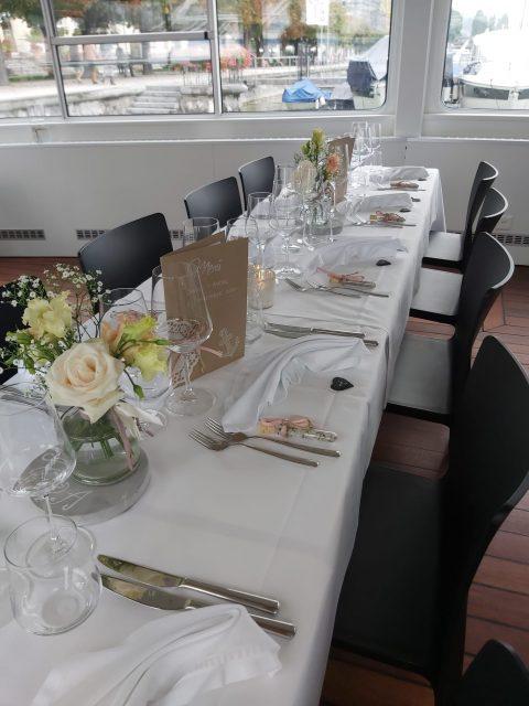 Die stilvoll gedeckte Tafel auf dem Schiff wartet auf Gäste