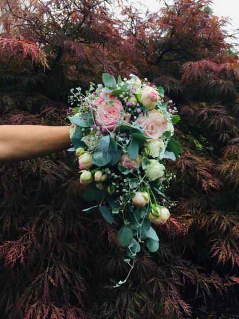 Der fliessende Brautstrauss mit Eukalyptus, Schleierkraut und duftenden Rosen