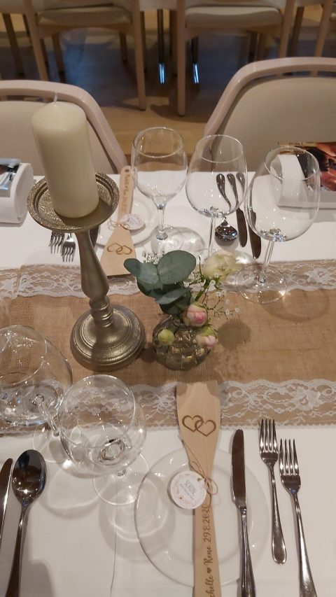 Spitzenbänder, zarte Blumen und ein praktischer Helfer als Gastgeschenk