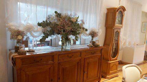 Die Holzkommode unterstreicht den romantischen Stil der Vintage-Hochzeit