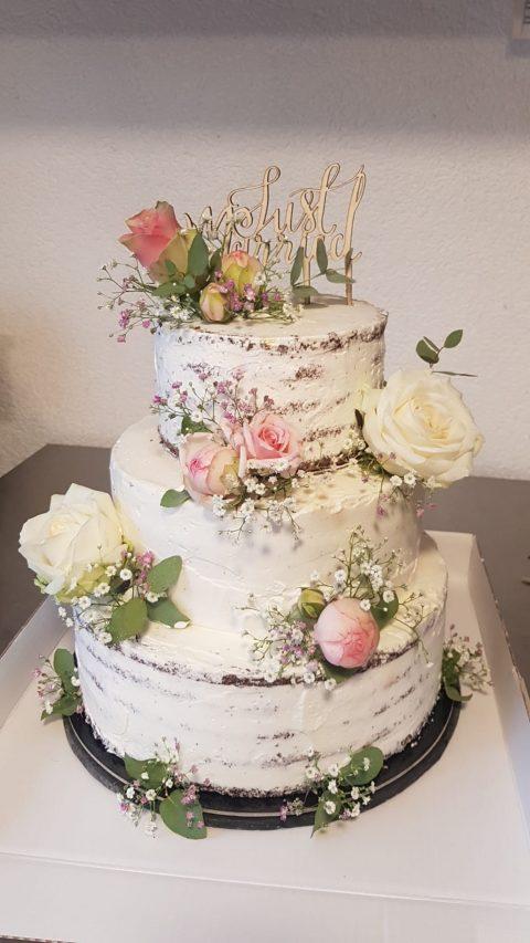 Dieser mit Blumen dekorierte Naked-Cake ist ein echter Hingucker und mundet köstlich