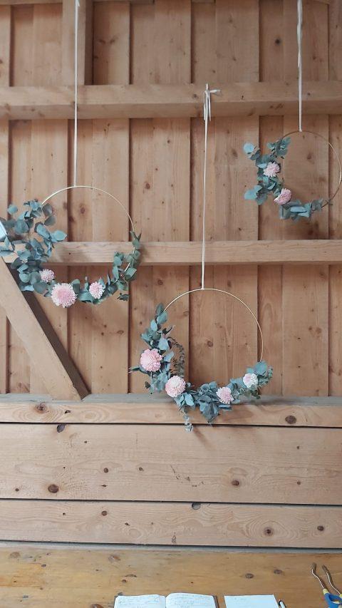 Zarte Blumenkränze an der Vintage-Hochzeit