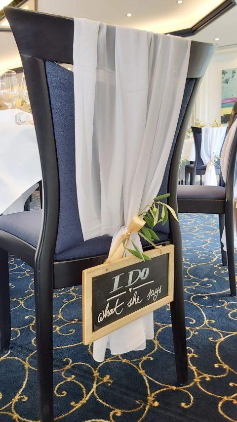 Detail mit Augenzwinkern am Stuhl des Bräutigams
