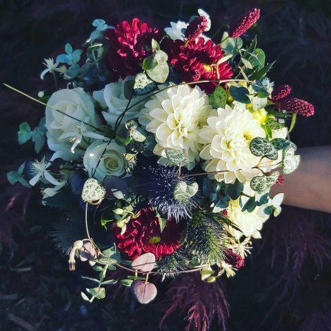 Zauberhafter Brautstrauss in Creme, Bordeaux und Blau
