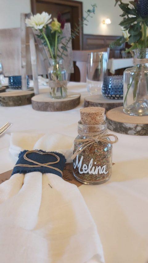 Das gewählte Farbkonzept bestimmt die Tischdekoration - Kreationell vergisst auch kleine Aufmerksamkeiten für die Gäste nicht