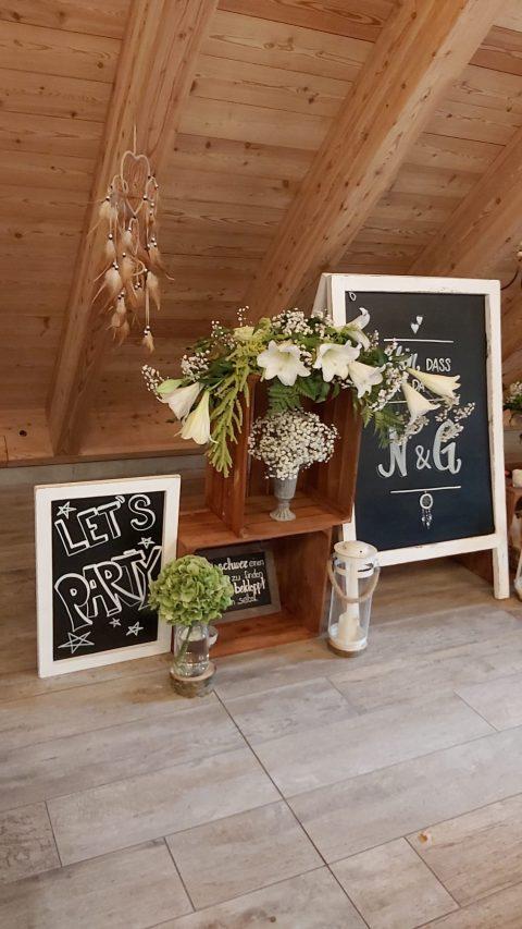 Liebevoll gestaltete Tafeln führen die Gäste durchs Fest- das Farbkonzept passt bis ins letzte Detail