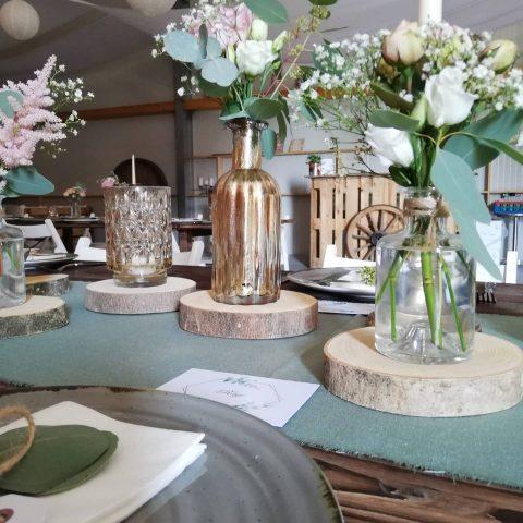 Blumige Details der Tischdekoration auf der Birkenranch